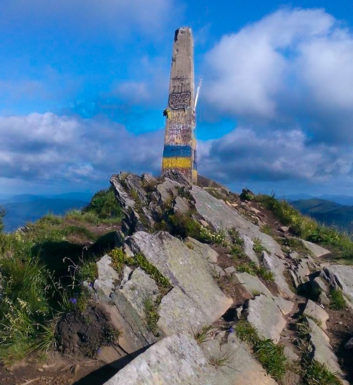 Obelisk na szczycie Pikuja (1408 m)