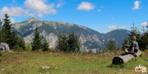 Polanka z widokiem na leżący po drugiej stronie doliny rzeki Schwarza masyw Hochschneeberg (2076 m)