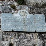 Tablica przy żółtym szlaku prowadzacym do wsi Kaisserbrunn