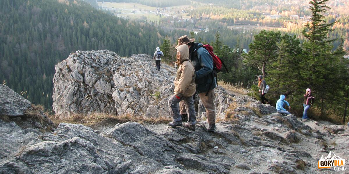 Granią Nosala biegnie wygodna i bezpieczna ścieżka, ale parę metrów obok jest gdzie polecieć.