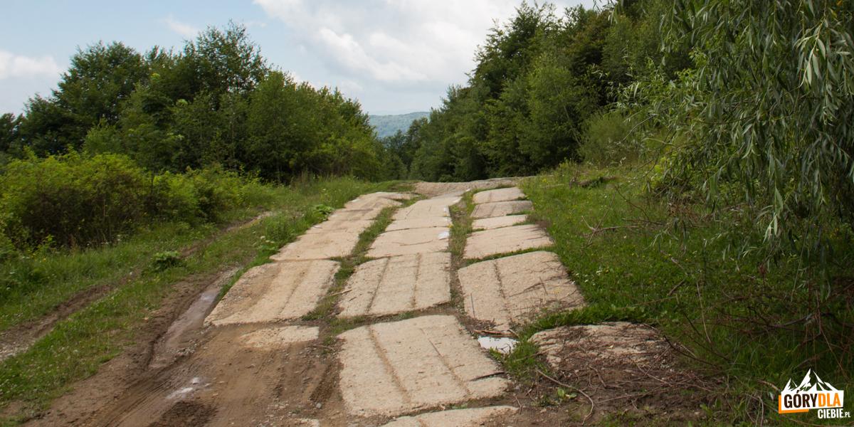 Betonowa droga prowadząca naPołoninę Równą