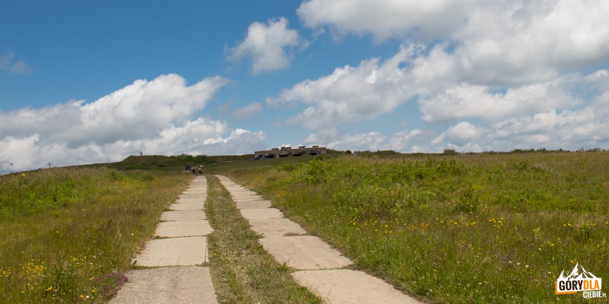 Betonowa droga prowadząca naPołoninę Równą - widać już zarys betonowych pozostałości naszczycie