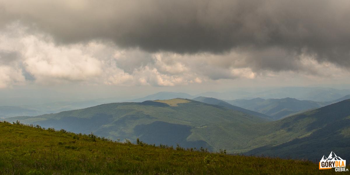 Widok zeszczytu Połoniny Równej naMałą Holica (1184 m)