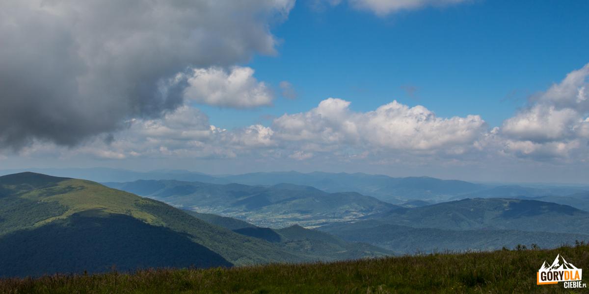 """Panorama zeszczytu Połoniny Równej. Polewej Lutańska Holica (1375 m), ana horyzoncie """"nasze"""" Tarnica, Krzemień iHalicz"""