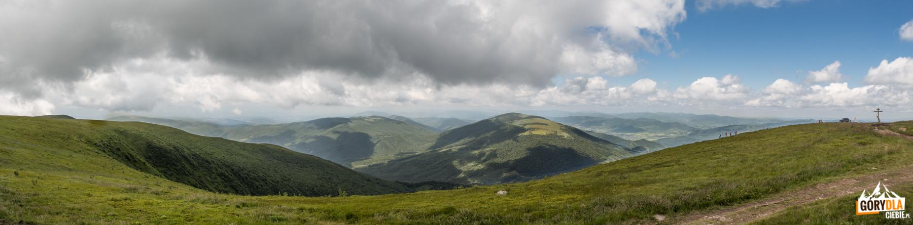 Widok zeszczytu Połoniny Równej naMałą Holica (1184 m) iLutańską Holica (1375 m)