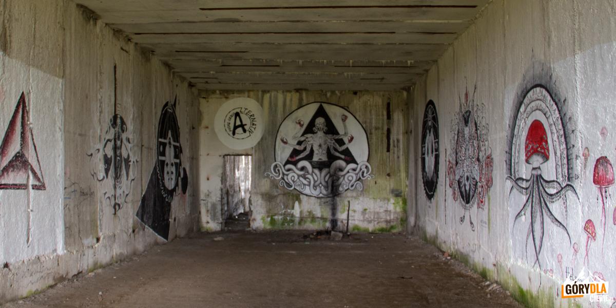 Bunkry - pozostałości radzieckiej bazie rakietowej ikoszarach naszczycie Połoniny Równej wykorzystują graficiarze