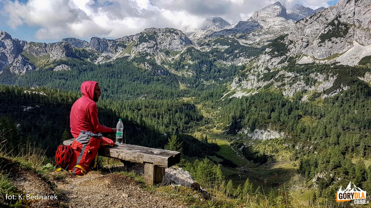 Kontemplowanie alpejskich widoków pod schroniskiem