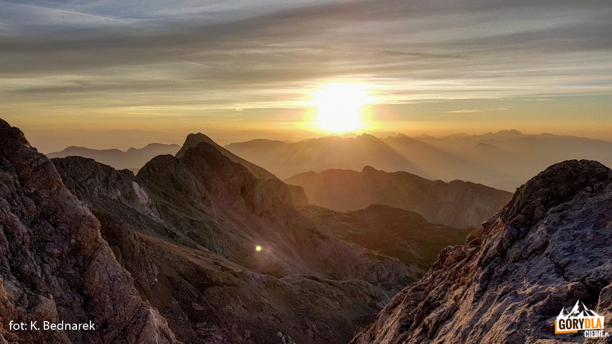 Wschód słońca oglądany ześciany Małego Triglava