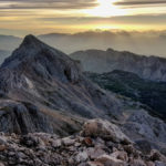 """Alpy Julijskie o wschodzie słońca, w dole widać schronisko """"Triglavski dom"""""""