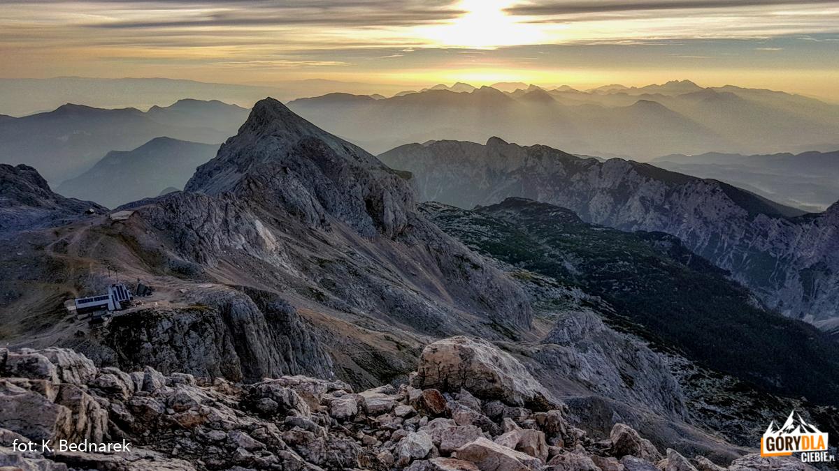 """Alpy Julijskie owschodzie słońca, wdole widać schronisko """"Triglavski dom"""""""