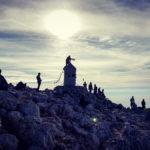 Okrągła metalowa wieża, tzw. Aljažev Stolp (Wieża Aljaża) na szczycie Triglava