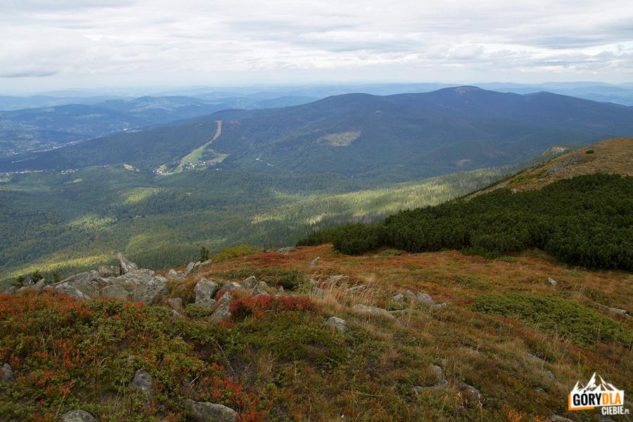 Panorama zBabiej Góry nastronę słowacką - nahoryzoncie widok naJezioro Orawskie
