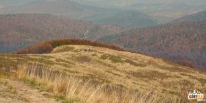 Widok z grani Bukowego Berda na podchodzących żółtym szlakiem turystów