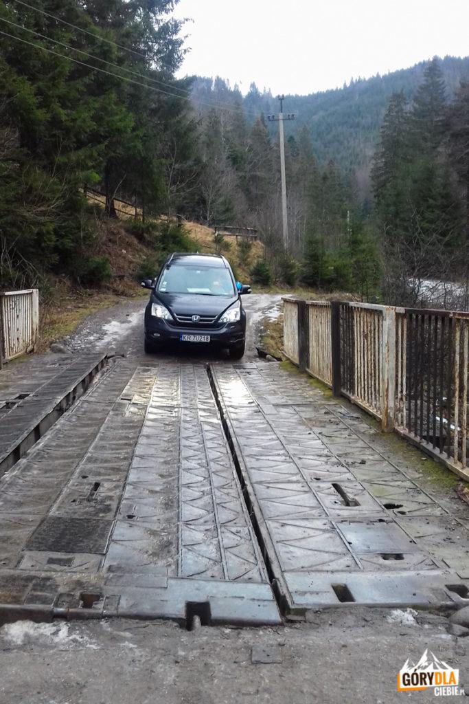 Przejazd przez most na potoku potoku Dzembroń