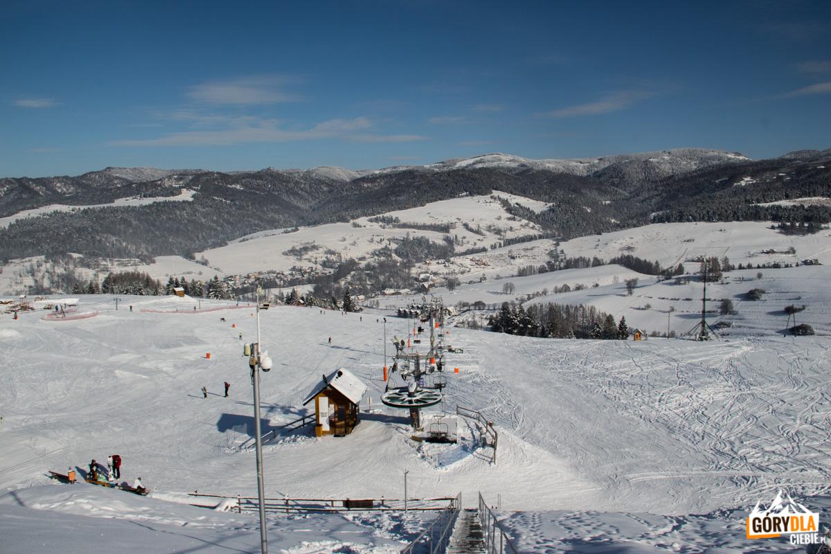 Panorama ztarasu widokowego nadgórną stacją Areny Narciarskiej Jaworki