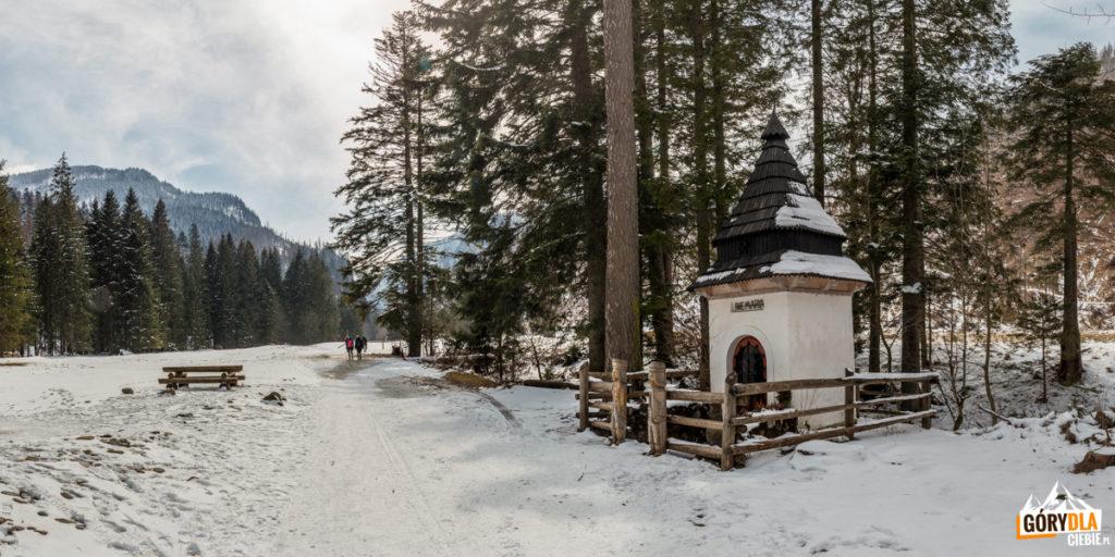 Na początku kolejnej polany Stare Kościeliska stoi Kapliczka Zbójnicka