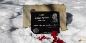 Tablica poświęcona zmarłemu w 2014 r. Andrzejowi Cyrwusowi - znanemu społecznikowi z Mszany Dolnej, który wspierał i pomagał w organizacji akcji Odkryj Beskid Wyspowy