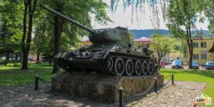Czołg typu T-34 namałym ryneczku wBaligrodzie