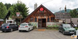 """Kultowy bar """"Siekierezada"""" w Cisnej"""