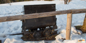 Wagonik górniczy - pozostałość po kopalniach działających w rejonie Magurki