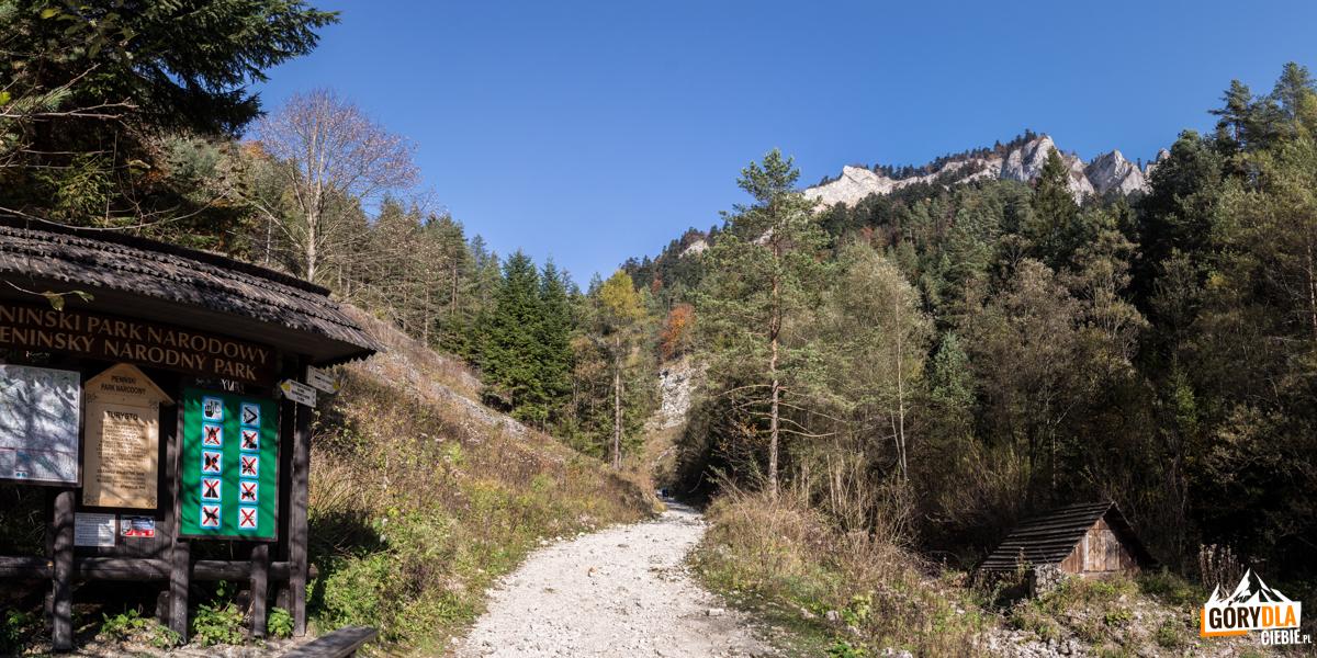 Wejście do Wąwozu Szopczańskiego, widok na Trzy Korony