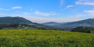 Widok z Adamczykowej - po lewej Szczzebel, po prawej Lubogoszcz, w dole Kasinka Mała. Zdj. Tomek Kubik