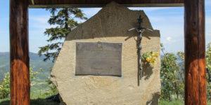 Szczebel - pomnik poświęcony papieżowi Janowi Pawłowi II, który był tutaj dwukrotnie. zdj. Tomek Kubik