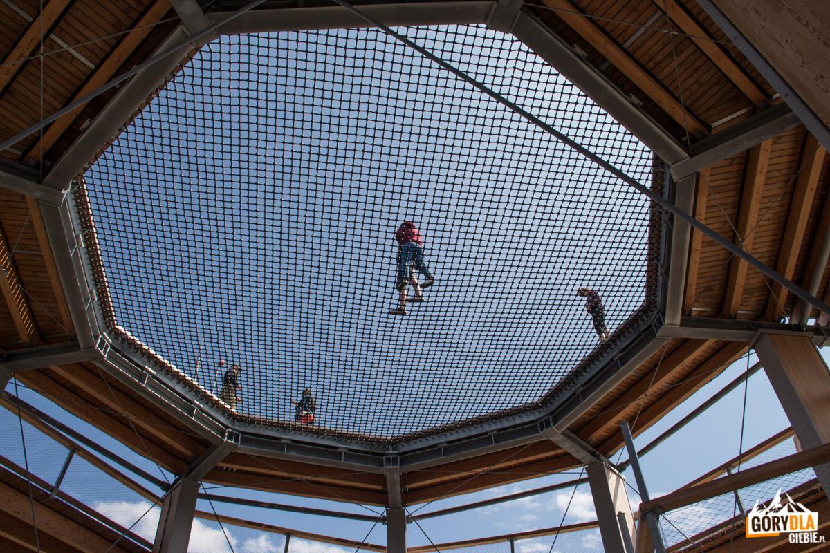 Sieć adrenalinowa o powierzchni 88 m na szczycie wieży widokowej widziana z dołu