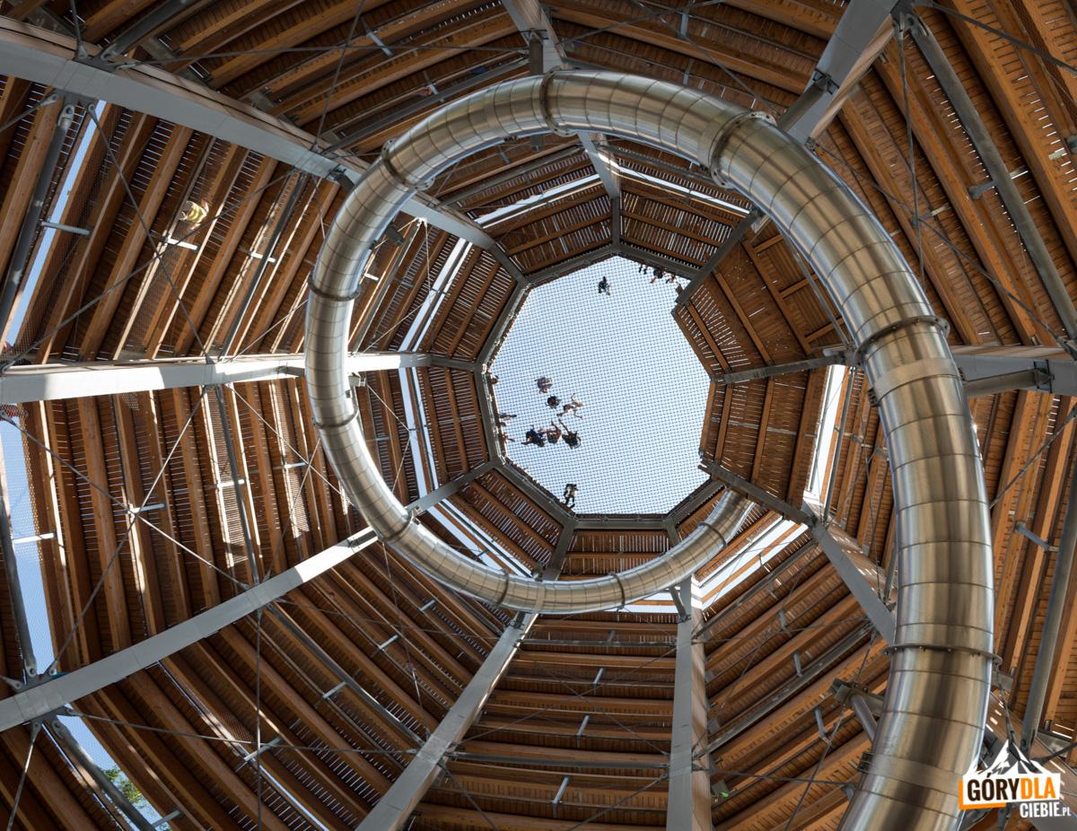 Wieża widokowa ze zjeżdżalnią i siecią adrenalinową - widok od dołu