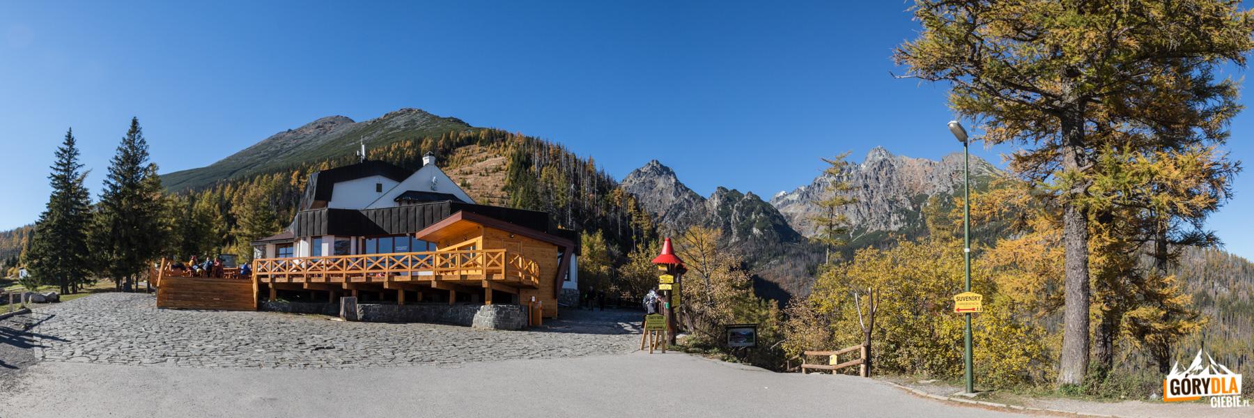 Restauracja na Hrebienku, na wprost szlak schronisko – Bilíkova chata, do Rainerowej Chaty i Wodospadów Zimnej Wody, w tle widać Łomnicę