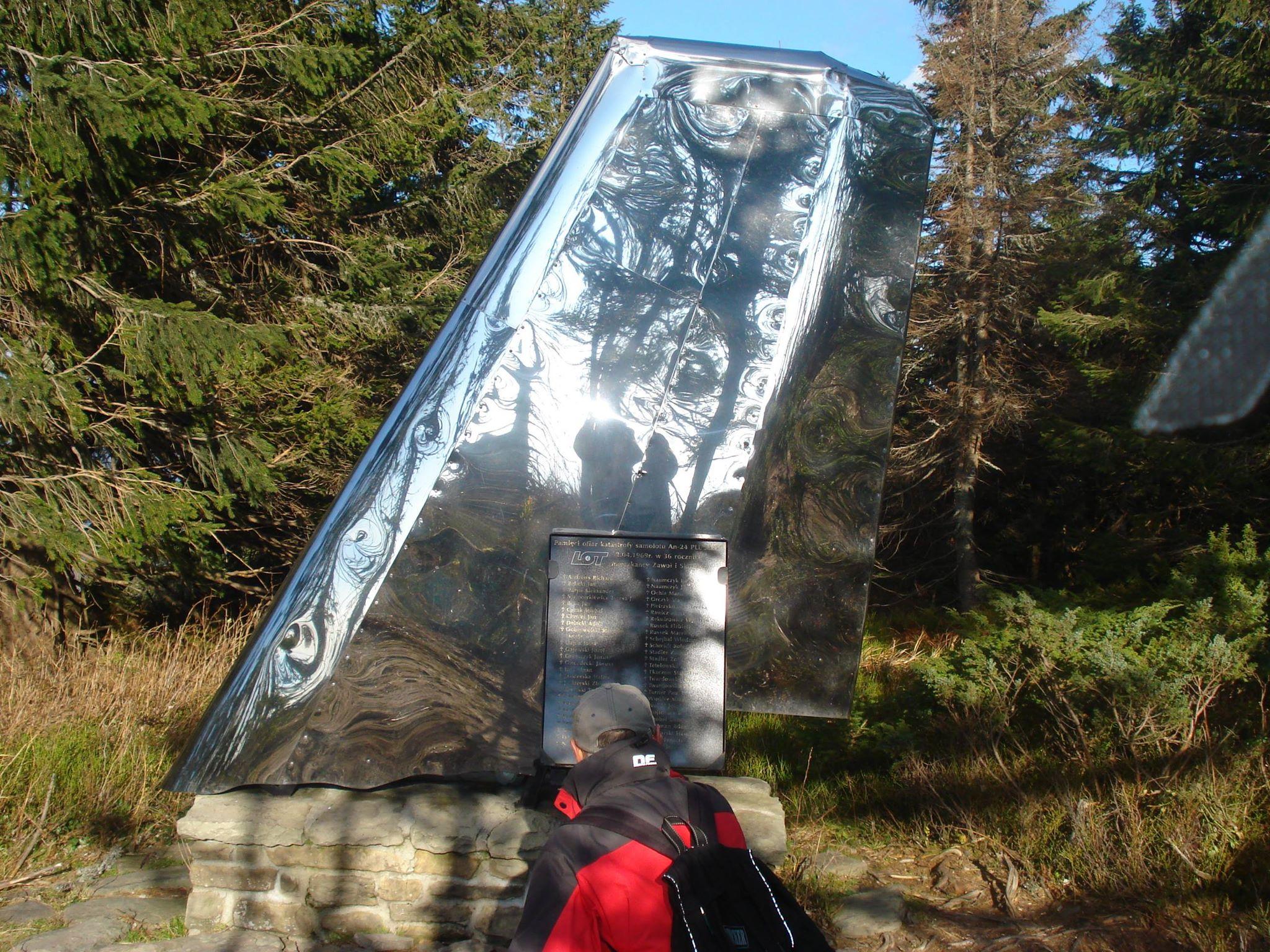 Pomnik naPolicy upamiętniający katastrofę, ufundowany w2009 r., zdj. M. Mostowik