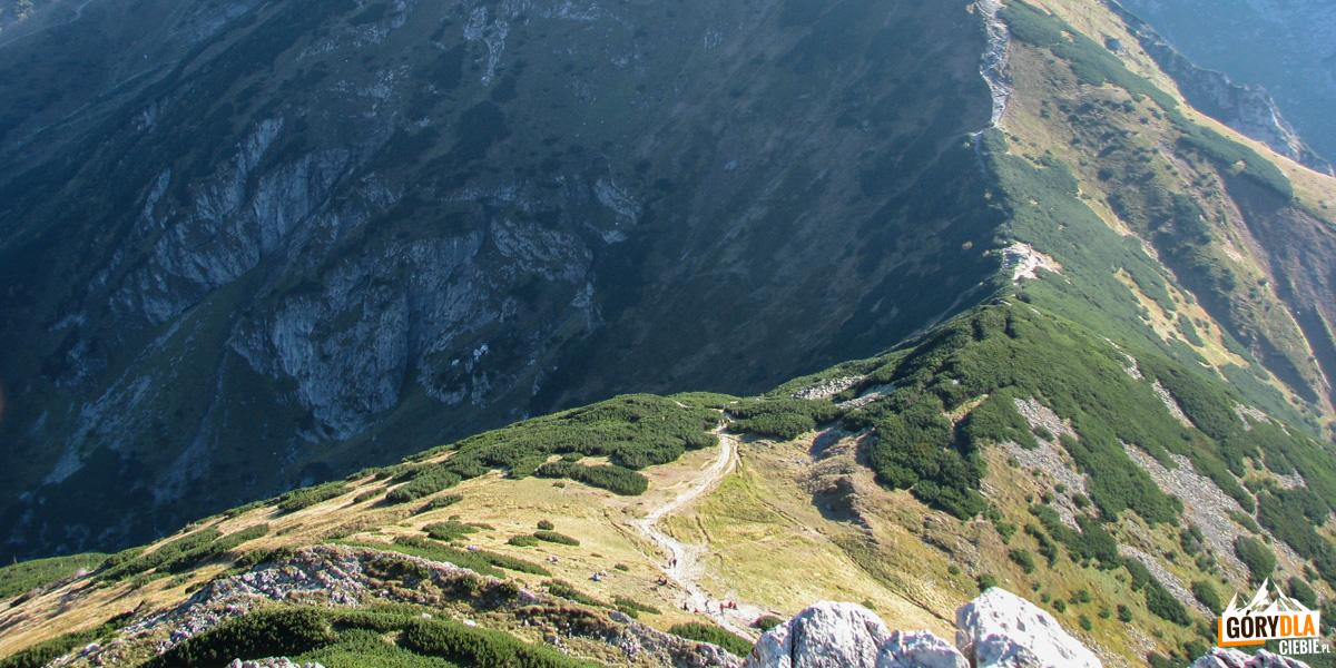 Wyżnia Kondracka Przełęcz iKondracka Przełęcz widziane spod szczytu Giewontu
