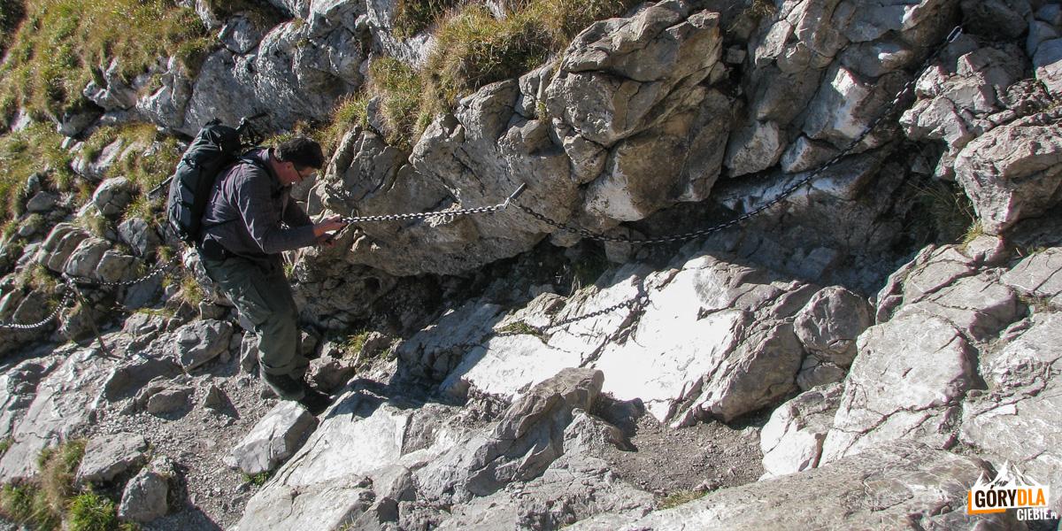 Zejście ze szczytu Giewontu ubezpieczone łańcuchami