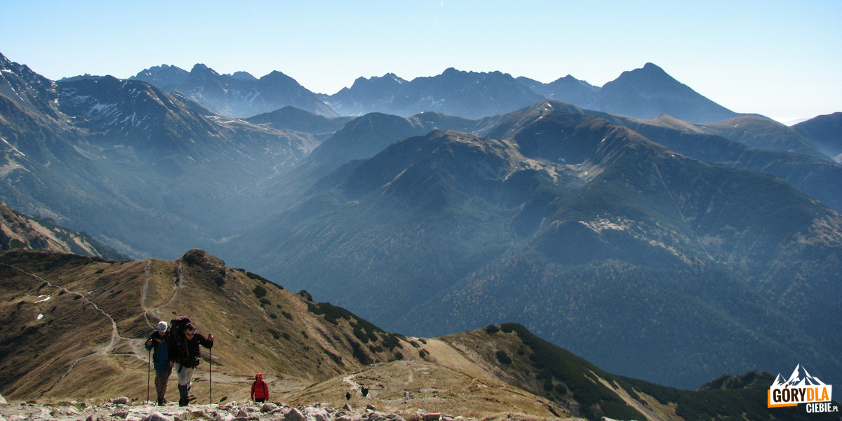 Widok z Kopy Kondrackiej na Tatry Wysokie, w dole Dolina Cicha