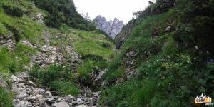 Podejście Głazistym Żlebem w kierunku Kondrackiej Przełęczy