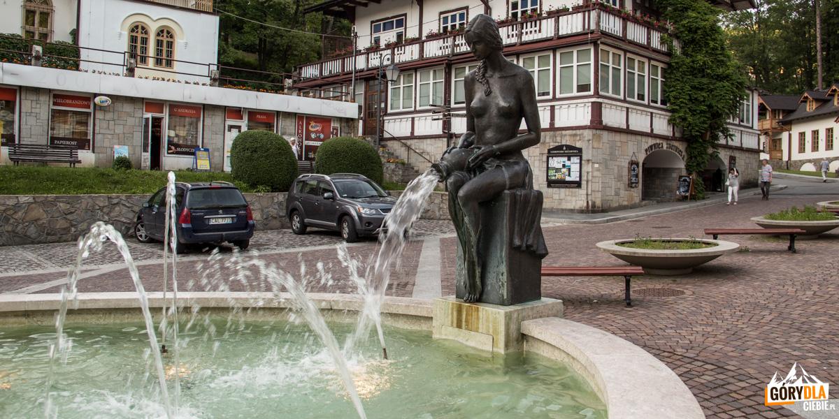 """Fontanna z rzeźbą z brązu """"Kobieta z dzbanem"""" na Placu Dietla"""