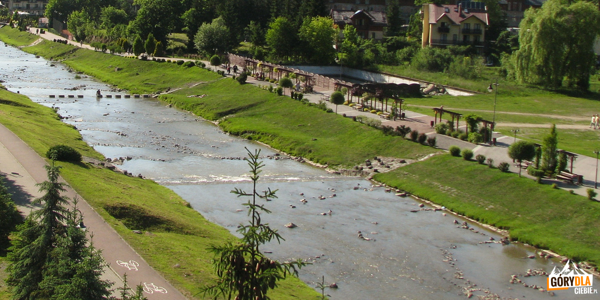 Szczawnica - widok napromenadę biegnącą wzdłuż rzeki Grajcarek