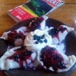Schronisko PTTK na Hali Lipowskiej - pierogi na słodko - z nadzieniem z twarożku i jagód z sosem jagodowym. Autor: Bułka