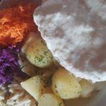 Schronisko PTTK na Turbaczu (08.2018) Filet z kurczaka w sosie oscypkowym plus ziemniaczki i zestaw surówek. Autor: Shamoni