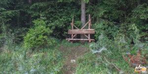 Ławeczka przy czerwonym szlaku ze wsi Jasenová