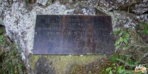Tablica pamiątkowa przy szlaku na Wielki Chocz