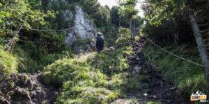 Czerwony szlak wsi Jasenová - odcinek ubezpieczony łańcuchami