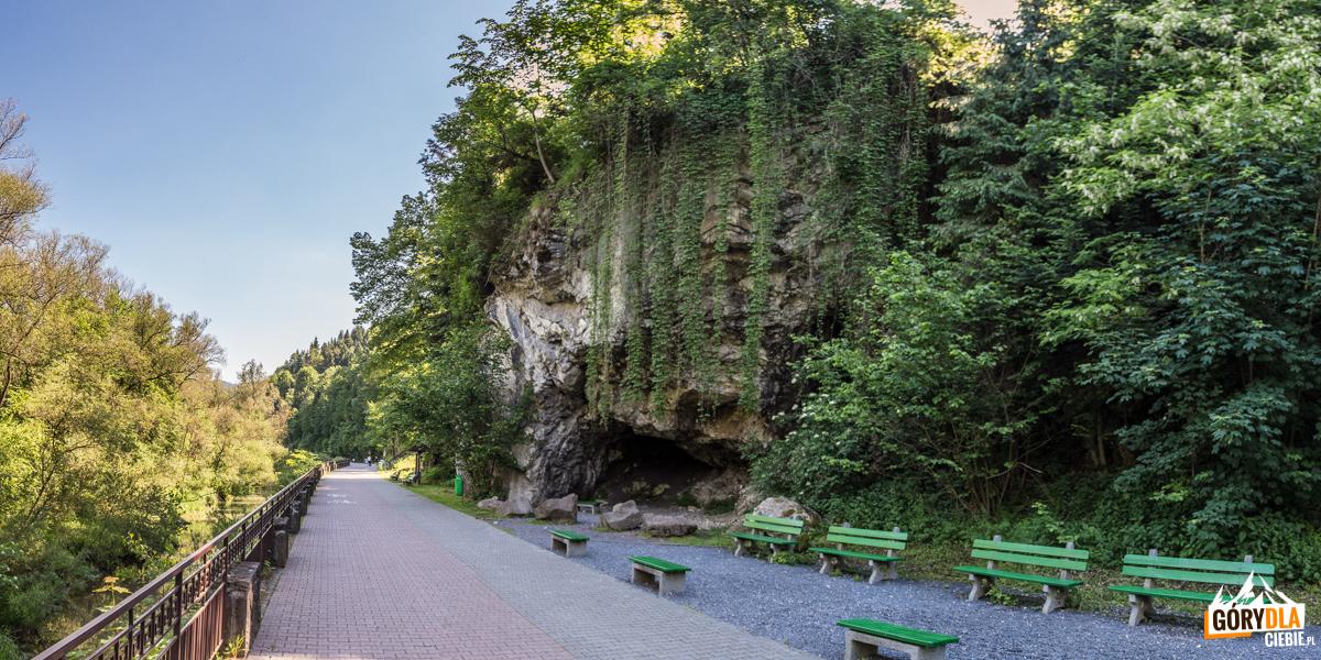 Grota Zyblikiewicza – duża skalna wnęka w zboczu o Kaczego. Dawniej nazywana Piecem Majki lub Grotą Cygańską