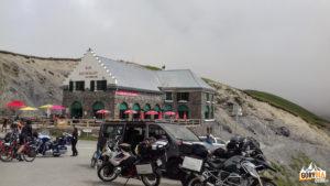Początek trasy rowerowej na Pic du Midi de Bigorre znajduje się początek znajduje się na przełęczy Tourmalet, tuż obok sklepu z pamiątkami, naprzeciwko restauracji.