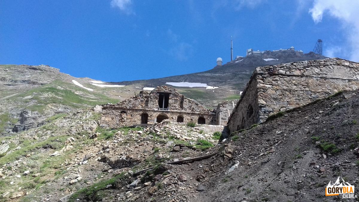 Zabudowania starego schroniska Laquets (Pireneje)