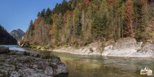 """Skała zwana """"Janosikowy Skok"""" lub """"Zbójnicki Skok""""znajduje się wmiejscu największego zwężenia Dunajca"""