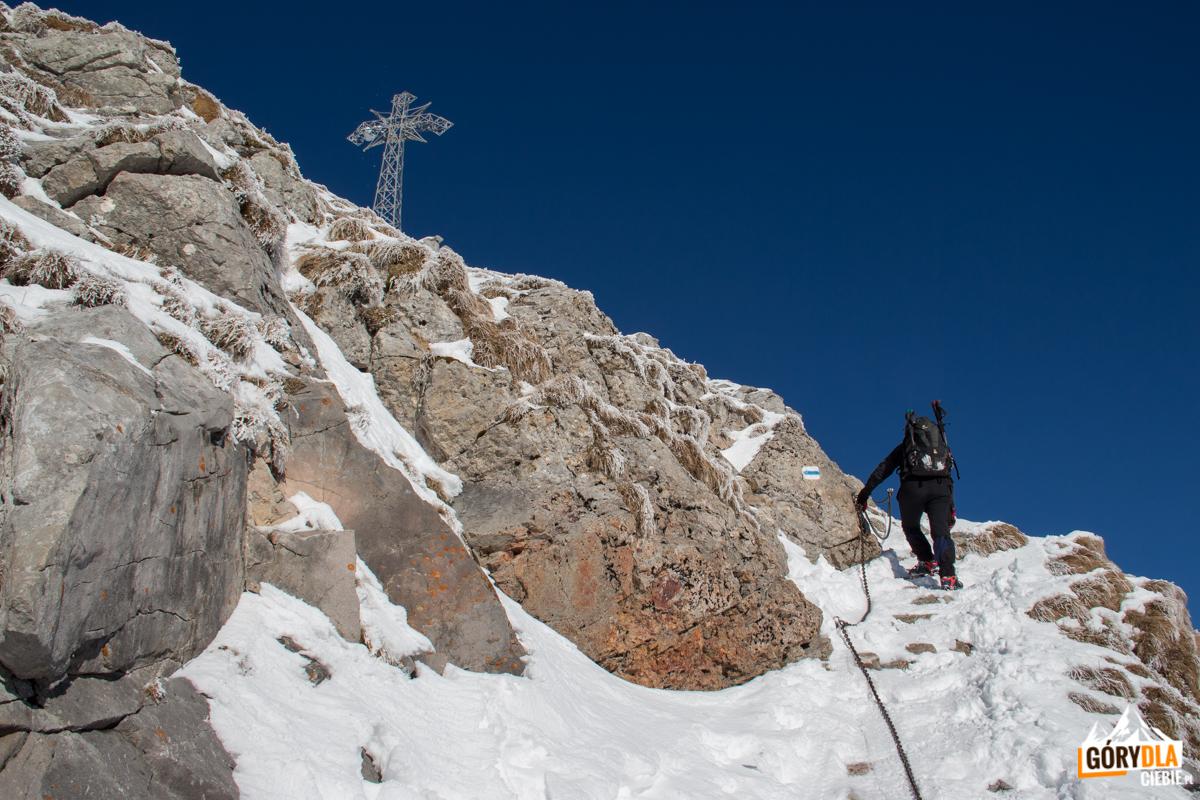 Podejście na szczyt Giewontu ciągiem skalnych półek i zakosów, które ubezpieczone są łańcuchami