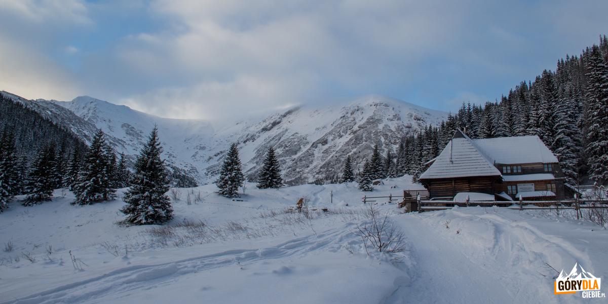 Hala Kondratowa i stojące tutaj najmniejsze schronisko w polskich Tatrach – schronisko PTTK im. Władysława Krygowskiego (1333 m)