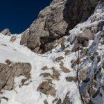 Zejście z Giewontu ubezpieczone jest łańcuchem. W warunkach zimowych zejście może być bardziej wymagające i niebezpieczne niż podejście.