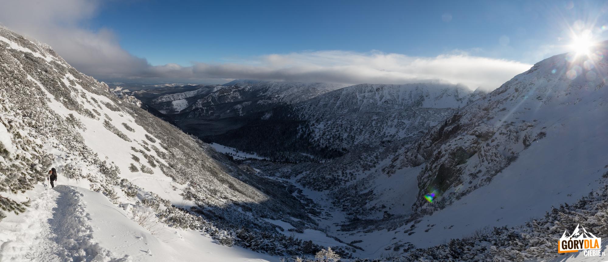 Widok z podejścia na Kondracką Przełęcz (1725 m), w dole Dolina Małego Szerokiego i Piekło